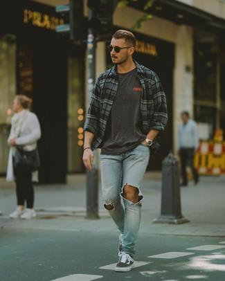 Comment porter: chemise à manches longues écossaise gris foncé, t-shirt à col rond imprimé gris foncé, jean déchiré bleu clair, baskets basses en toile gris foncé