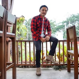 Comment porter: chemise à manches longues en flanelle à carreaux rouge, t-shirt à col rond blanc, jean gris foncé, bottines chelsea en cuir imprimées léopard marron clair