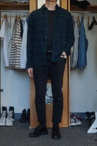 Comment s'habiller en été: Pense à marier une chemise à manches longues en flanelle écossaise bleu marine et vert avec un jean noir pour obtenir un look relax mais stylé. Jouez la carte classique pour les chaussures et termine ce look avec une paire de des chaussures derby en cuir noires. On trouve que pour pour les journées estivales cette tenue est sublime et très sympa.