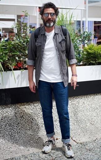 Comment porter des lunettes de soleil argentées: Harmonise une chemise à manches longues grise avec des lunettes de soleil argentées pour un look idéal le week-end. Une paire de des chaussures de sport grises est une option génial pour complèter cette tenue.
