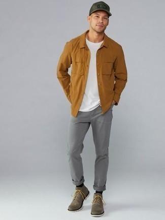 Tendances mode hommes: Marie une chemise à manches longues tabac avec un jean gris pour affronter sans effort les défis que la journée te réserve. Habille ta tenue avec une paire de des bottes de loisirs en daim marron.