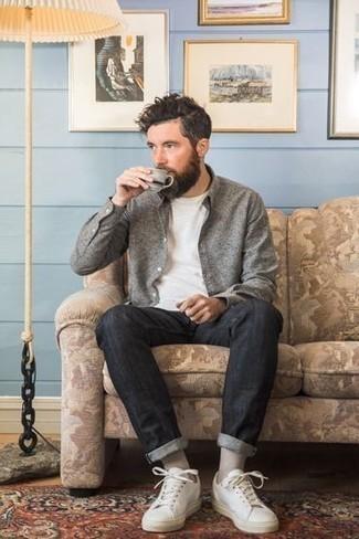 Comment porter des chaussettes grises: Opte pour une chemise à manches longues grise avec des chaussettes grises pour une tenue relax mais stylée. Fais d'une paire de des baskets basses en cuir blanches ton choix de souliers pour afficher ton expertise vestimentaire.