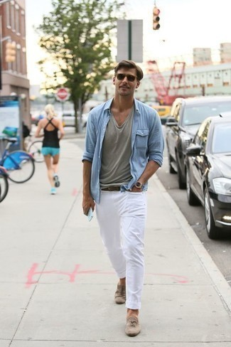 Comment porter des slippers en daim beiges: Porte une chemise à manches longues bleu clair et un jean blanc pour une tenue idéale le week-end. Une paire de des slippers en daim beiges ajoutera de l'élégance à un look simple.