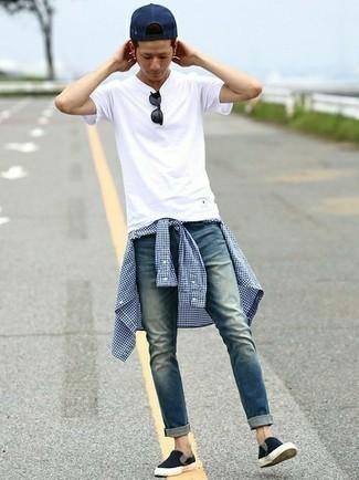 Tendances mode hommes: Ce combo d'une chemise à manches longues en vichy blanc et bleu marine et d'un jean bleu te permettra de garder un style propre et simple en dehors des horaires de bureau. Cette tenue est parfait avec une paire de des baskets à enfiler en toile noires.