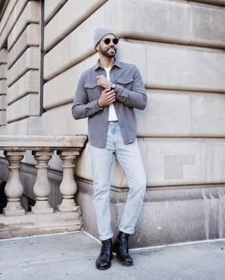 Comment porter un t-shirt à col rond blanc: Associe un t-shirt à col rond blanc avec un jean bleu clair pour un look de tous les jours facile à porter. Fais d'une paire de des bottes de loisirs en cuir noires ton choix de souliers pour afficher ton expertise vestimentaire.