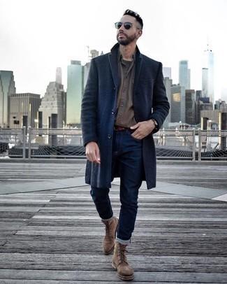 Comment porter des lunettes de soleil bleu marine: Essaie de marier une chemise à manches longues marron avec des lunettes de soleil bleu marine pour une tenue relax mais stylée. Complète cet ensemble avec une paire de des bottes de loisirs en daim marron pour afficher ton expertise vestimentaire.