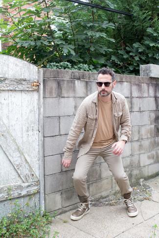 Tendances mode hommes: Pense à marier une chemise à manches longues beige avec un jean beige pour un déjeuner le dimanche entre amis.