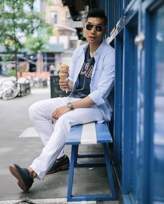 Tendances mode hommes: Pour créer une tenue idéale pour un déjeuner entre amis le week-end, pense à porter une chemise à manches longues bleu clair et un jean blanc. Apportez une touche d'élégance à votre tenue avec une paire de slippers en daim bleu marine.