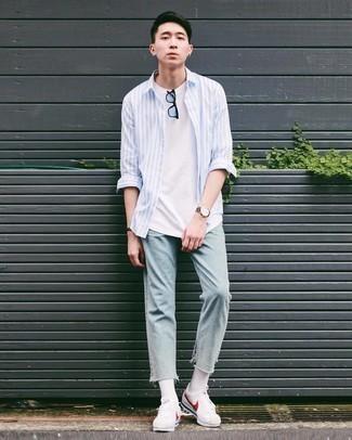 Comment porter une chemise à manches longues à rayures verticales bleu clair: Pense à opter pour une chemise à manches longues à rayures verticales bleu clair et un jean bleu clair pour un déjeuner le dimanche entre amis. Cette tenue est parfait avec une paire de baskets basses en toile blanc et rouge.