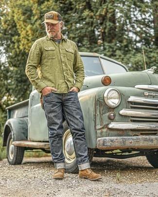 Comment s'habiller après 50 ans: Pense à harmoniser une chemise à manches longues olive avec un jean gris foncé pour affronter sans effort les défis que la journée te réserve. Opte pour une paire de bottes de loisirs en daim marron pour afficher ton expertise vestimentaire.