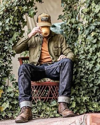 Comment s'habiller après 50 ans: Pour une tenue de tous les jours pleine de caractère et de personnalité pense à porter une chemise à manches longues olive et un jean bleu marine. Jouez la carte classique pour les chaussures et termine ce look avec une paire de bottes de loisirs en cuir marron foncé.