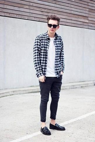 Comment porter: chemise à manches longues en vichy noire et blanche, t-shirt à col rond blanc, jean skinny noir, slippers en cuir noirs