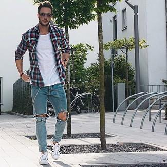 Comment porter: chemise à manches longues en vichy blanc et rouge et bleu marine, t-shirt à col rond blanc, jean skinny déchiré bleu clair, baskets basses blanches
