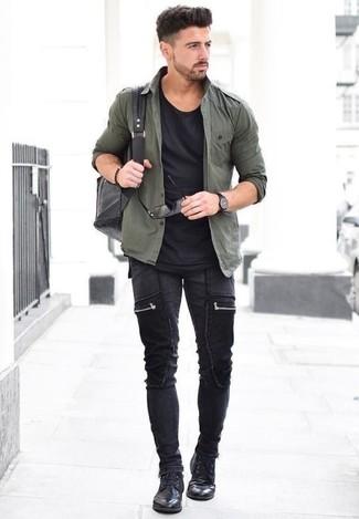 Comment porter: chemise à manches longues olive, t-shirt à col rond noir, jean skinny noir, chaussures derby en cuir noires