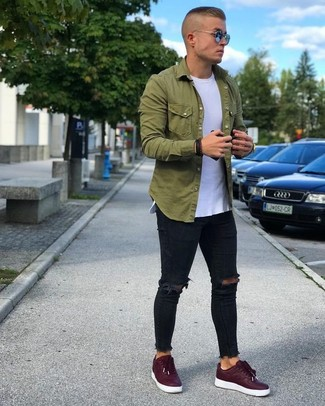 Comment porter: chemise à manches longues olive, t-shirt à col rond blanc, jean skinny déchiré noir, baskets basses bordeaux