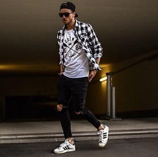 Comment porter: chemise à manches longues en vichy noire et blanche, t-shirt à col rond imprimé blanc et noir, jean skinny déchiré noir, baskets basses en cuir à rayures horizontales blanches et noires