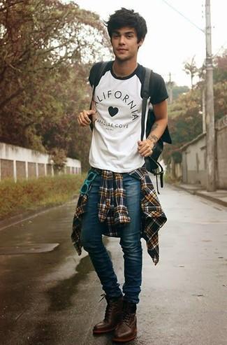 Comment porter: chemise à manches longues en flanelle écossaise jaune, t-shirt à col rond blanc et noir, jean skinny bleu, bottes de loisirs en cuir marron foncé