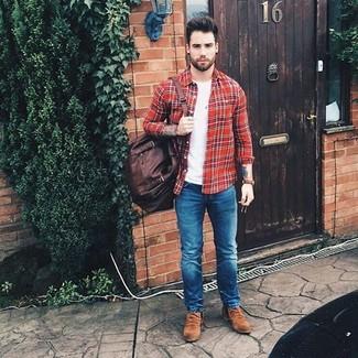 Comment porter: chemise à manches longues écossaise rouge, t-shirt à col rond blanc, jean skinny bleu, bottines chelsea en daim marron