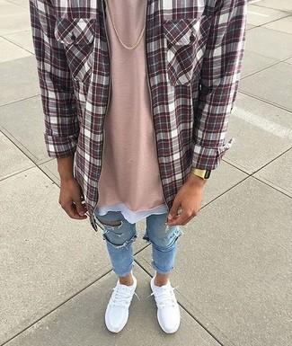 Comment porter: chemise à manches longues écossaise bordeaux, t-shirt à col rond rose, jean skinny déchiré bleu clair, chaussures de sport blanches