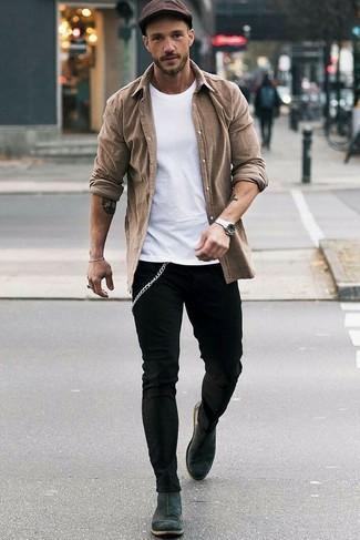 Comment porter: chemise à manches longues marron, t-shirt à col rond blanc, jean skinny noir, bottines chelsea en daim gris foncé