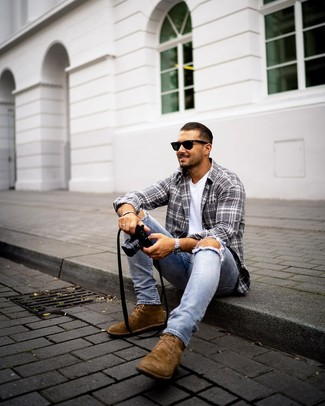 Comment porter: chemise à manches longues écossaise grise, t-shirt à col rond blanc, jean skinny déchiré bleu clair, bottines chukka en daim marron