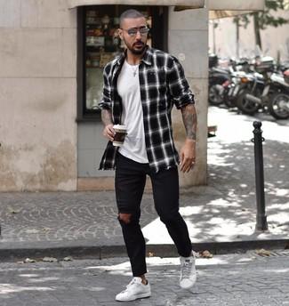 Comment porter: chemise à manches longues écossaise noire et blanche, t-shirt à col rond blanc, jean skinny déchiré noir, baskets basses en cuir blanches