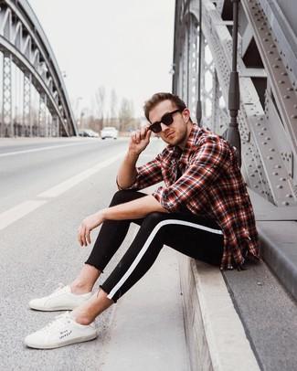 Comment porter: chemise à manches longues écossaise rouge et noir, t-shirt à col rond noir, jean skinny noir et blanc, baskets basses en cuir blanches