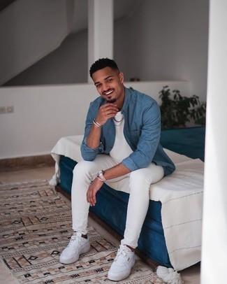 Comment porter une chemise à manches longues bleue: Associe une chemise à manches longues bleue avec un jean skinny blanc pour un déjeuner le dimanche entre amis. Cet ensemble est parfait avec une paire de baskets basses en cuir blanches.