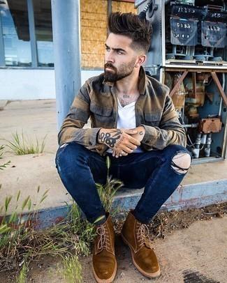 Comment porter des bottes de loisirs en daim marron: Harmonise une chemise à manches longues en flanelle marron avec un jean skinny déchiré bleu marine pour un look confortable et décontracté. D'une humeur créatrice? Assortis ta tenue avec une paire de bottes de loisirs en daim marron.