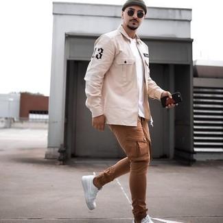 Comment porter une chemise à manches longues beige: Associer une chemise à manches longues beige avec un pantalon cargo marron est une option confortable pour faire des courses en ville. Une paire de baskets basses en toile blanches est une option avisé pour complèter cette tenue.