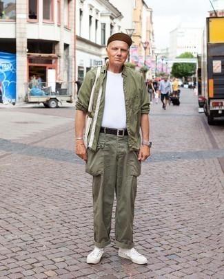 Comment s'habiller après 60 ans: Pense à porter une chemise à manches longues olive et un pantalon cargo olive pour affronter sans effort les défis que la journée te réserve. Cette tenue se complète parfaitement avec une paire de baskets basses en toile blanches.