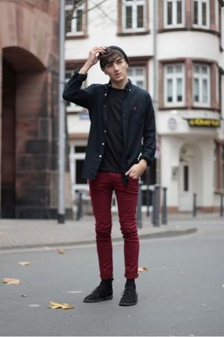 Comment porter: chemise à manches longues noire, t-shirt à col rond noir, pantalon chino bordeaux, bottines chukka en daim noires