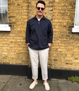 Comment porter: chemise à manches longues bleu marine, t-shirt à col rond blanc, pantalon chino blanc, baskets basses blanches