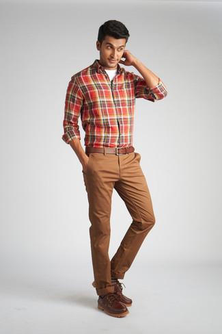 Comment porter un pantalon chino marron: Pour créer une tenue idéale pour un déjeuner entre amis le week-end, pense à opter pour une chemise à manches longues écossaise rouge et un pantalon chino marron. Cet ensemble est parfait avec une paire de des chaussures bateau en cuir marron.