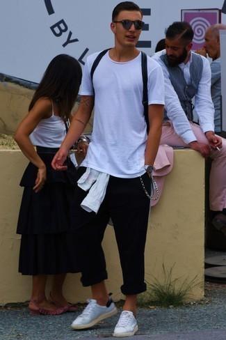 Comment porter un sac: Harmonise une chemise à manches longues blanche avec un sac pour une tenue relax mais stylée. Habille ta tenue avec une paire de des baskets basses en cuir blanches.