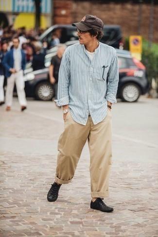 Un pantalon chino à porter avec des baskets basses noires: Pour une tenue de tous les jours pleine de caractère et de personnalité essaie d'associer une chemise à manches longues à rayures verticales bleu clair avec un pantalon chino. Cette tenue se complète parfaitement avec une paire de des baskets basses noires.