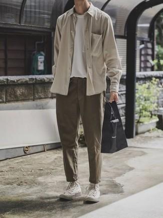 Tendances mode hommes: Essaie d'harmoniser une chemise à manches longues beige avec un pantalon chino olive pour obtenir un look relax mais stylé. Si tu veux éviter un look trop formel, fais d'une paire de des baskets montantes en toile blanches ton choix de souliers.