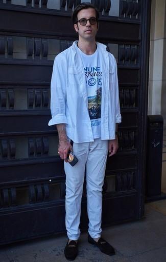 Comment porter une chemise à manches longues blanche: Pense à opter pour une chemise à manches longues blanche et un pantalon chino blanc pour affronter sans effort les défis que la journée te réserve. Fais d'une paire de des slippers en velours noirs ton choix de souliers pour afficher ton expertise vestimentaire.