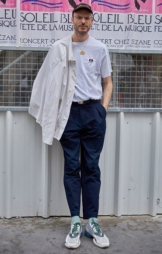 Comment porter une chemise à manches longues blanche: Harmonise une chemise à manches longues blanche avec un pantalon chino bleu marine pour un look de tous les jours facile à porter. Tu veux y aller doucement avec les chaussures? Termine ce look avec une paire de des chaussures de sport grises pour la journée.