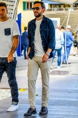 Des chaussures derby à porter avec un pantalon chino beige: Pense à associer une chemise à manches longues en chambray bleu marine avec un pantalon chino beige pour un déjeuner le dimanche entre amis. Rehausse cet ensemble avec une paire de des chaussures derby.