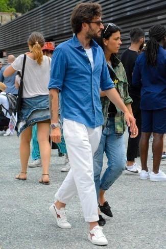 Comment porter un t-shirt à col rond blanc: Associe un t-shirt à col rond blanc avec un pantalon chino blanc pour une tenue idéale le week-end. Cette tenue se complète parfaitement avec une paire de des baskets basses en cuir blanc et rouge.