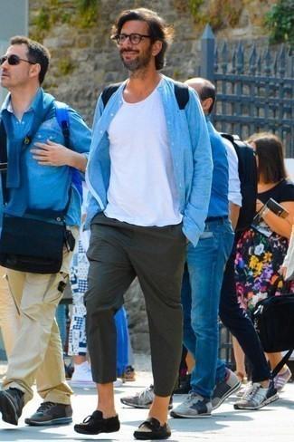 Comment porter un t-shirt à col rond blanc: Associe un t-shirt à col rond blanc avec un pantalon chino vert foncé pour un look de tous les jours facile à porter. D'une humeur créatrice? Assortis ta tenue avec une paire de des mocassins à pampilles en daim noirs.