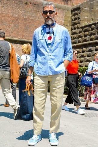 Comment porter un pantalon chino en lin beige: Essaie d'associer une chemise à manches longues en lin bleu clair avec un pantalon chino en lin beige pour un look de tous les jours facile à porter. Si tu veux éviter un look trop formel, termine ce look avec une paire de des baskets basses en toile bleu clair.