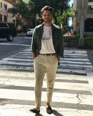 Comment porter un t-shirt à col rond blanc: Pour une tenue de tous les jours pleine de caractère et de personnalité marie un t-shirt à col rond blanc avec un pantalon chino beige. Apportez une touche d'élégance à votre tenue avec une paire de slippers en daim marron foncé.