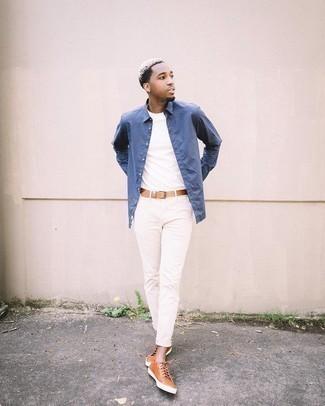 Comment porter une chemise à manches longues bleue: Harmonise une chemise à manches longues bleue avec un pantalon chino blanc pour une tenue idéale le week-end. Jouez la carte décontractée pour les chaussures et fais d'une paire de baskets basses en cuir tabac ton choix de souliers.
