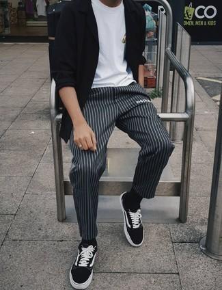 Comment porter des baskets basses en toile noires et blanches: Choisis une chemise à manches longues noire et un pantalon chino à rayures verticales gris foncé pour affronter sans effort les défis que la journée te réserve. Une paire de baskets basses en toile noires et blanches est une option judicieux pour complèter cette tenue.