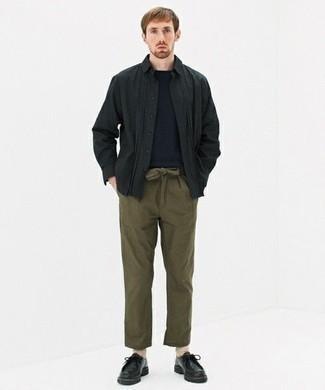 Comment porter des chaussettes beiges: Pense à porter une chemise à manches longues noire et des chaussettes beiges pour une tenue idéale le week-end. Choisis une paire de bottines chukka en cuir noires pour afficher ton expertise vestimentaire.