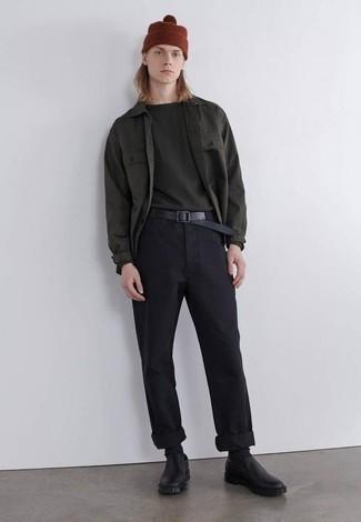Comment porter des slippers en cuir noirs: Pense à associer une chemise à manches longues vert foncé avec un pantalon chino noir pour une tenue idéale le week-end. Jouez la carte classique pour les chaussures et choisis une paire de slippers en cuir noirs.