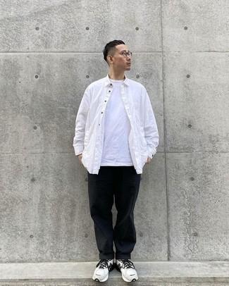 Tendances mode hommes: Pense à opter pour une chemise à manches longues blanche et un pantalon chino noir pour affronter sans effort les défis que la journée te réserve. Tu veux y aller doucement avec les chaussures? Complète cet ensemble avec une paire de chaussures de sport blanches et noires pour la journée.
