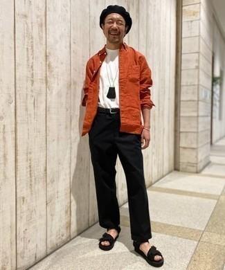 Comment porter une ceinture en cuir noire: Opte pour une chemise à manches longues orange avec une ceinture en cuir noire pour un look idéal le week-end. Si tu veux éviter un look trop formel, complète cet ensemble avec une paire de sandales en toile noires.